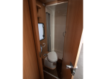 Waschraum mit Thetford- Toilette und separater Dusche, Warmwasser am Waschbecken und Dusche.